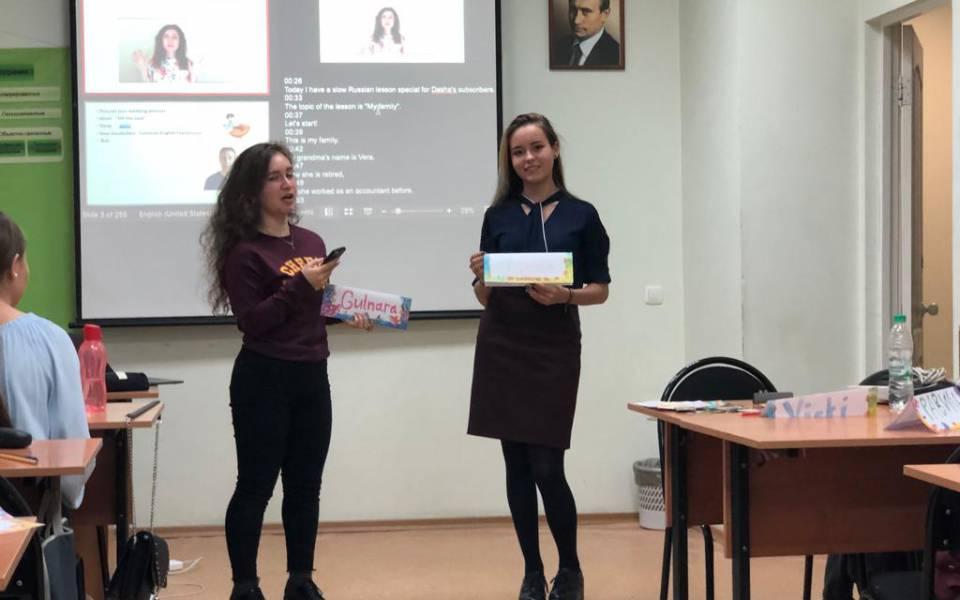 Студентки нашего университета учствуют впрактическом занятии поанглийскому языку