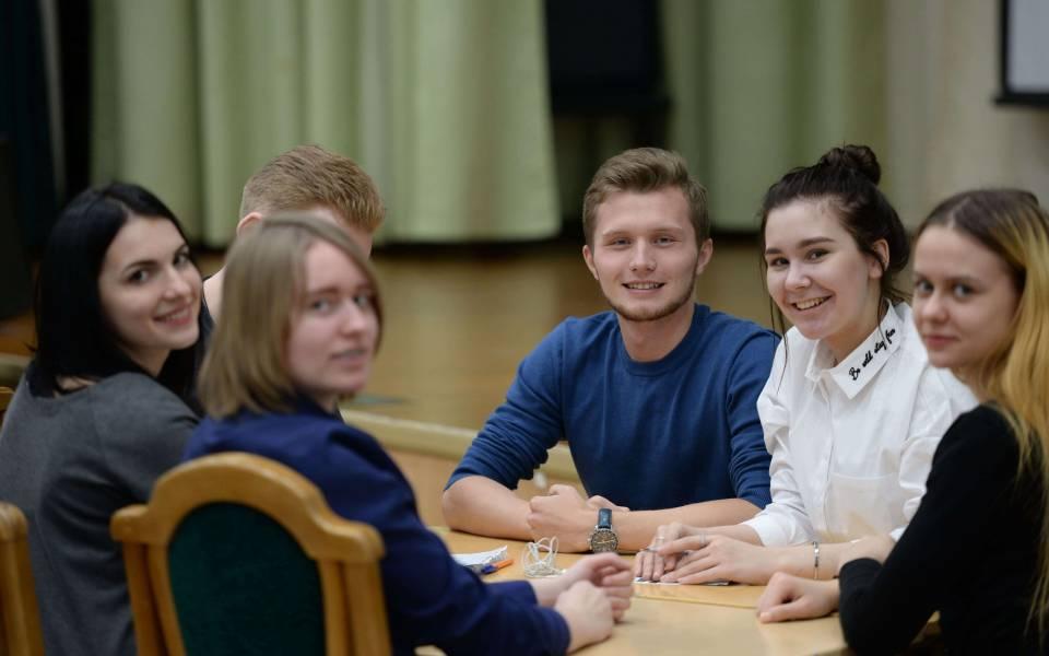 Студенты ТИСБИ позируют вовремя игры «Что? Где? Когда?»—