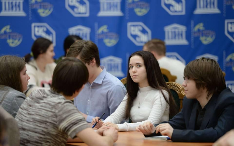 Студентка ТИСБИ вовремя игры «Что? Где? Когда?»—
