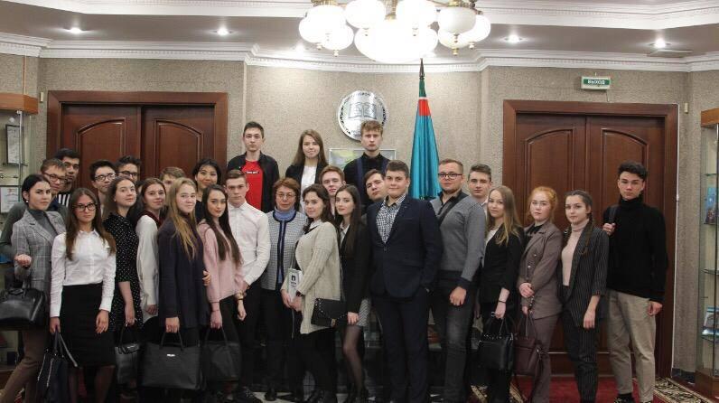 Студенты юридического факультета «ТИСБИ» вовремя экскурсии вконституционном суде Республики Татарстан