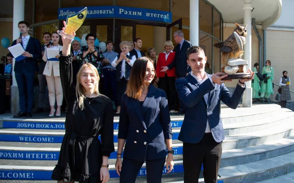 Студенты ТИСБИ демонстрируют награды за достижения вуза