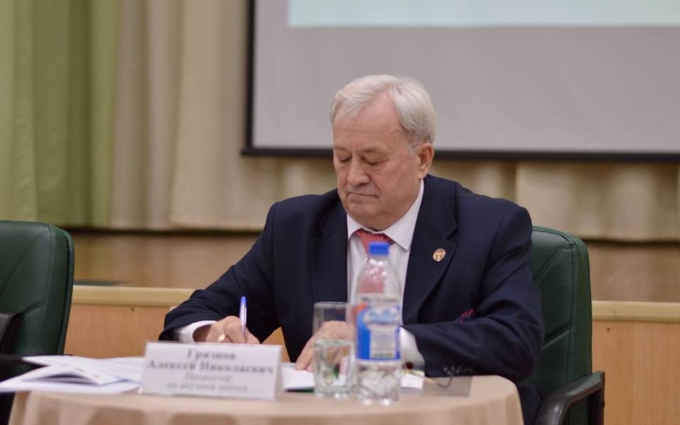 Модератор пленарного заседания, проректор понаучной работе Алексей Грязнов