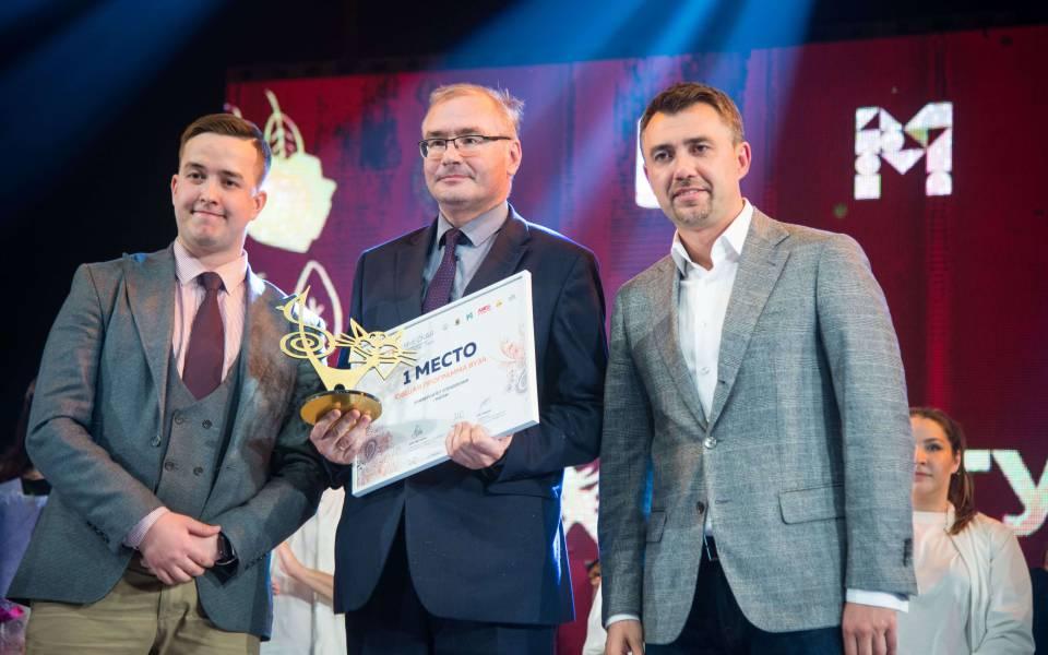 Дмитрий Поляков получает награду запобеду «ТИСБИ» вноминации «Общая программа»