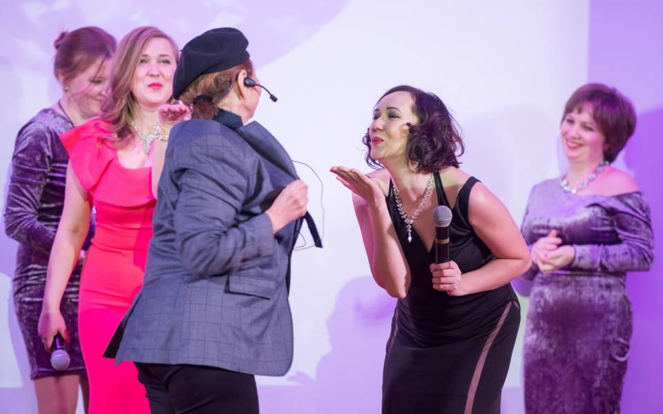 Женщины-сотрудницы «ТИСБИ» исполняют песню «Лучшие друзья девушек- это бриллианты.»