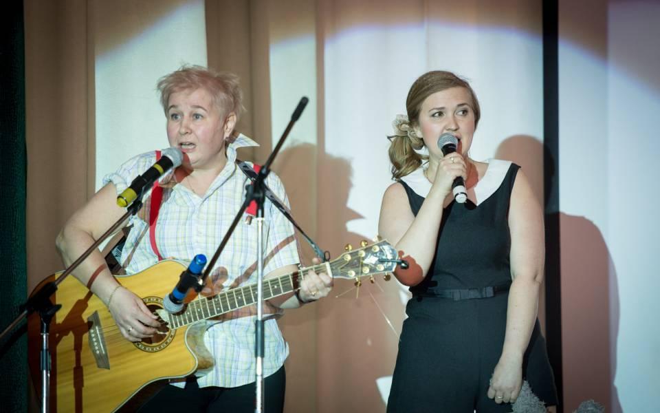 Дуэт сотрудниц ТИСБИ выступает напраздничном концерте спесней «Нам ссестренкой каюк»