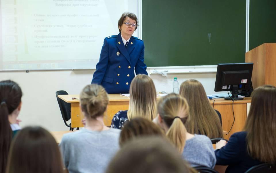 Старший помощник порассмотрению обращений иприема граждан прокуратуры Татарстана Валентина Новикова отвечает навопросы студентов