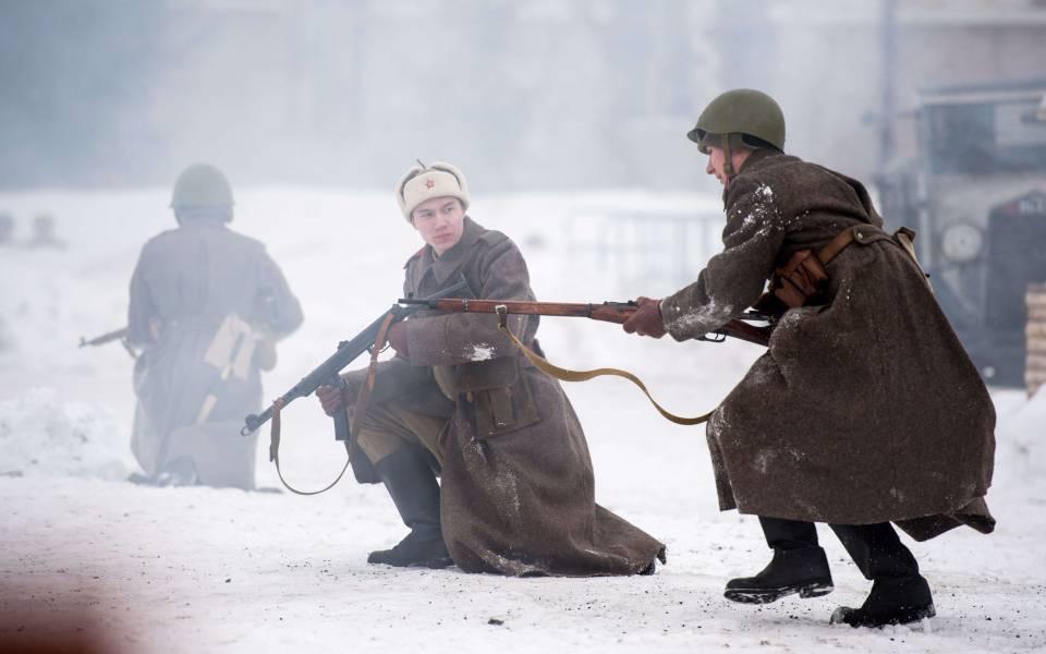 Члены отряда легион участвуют всцене военной реконструкции