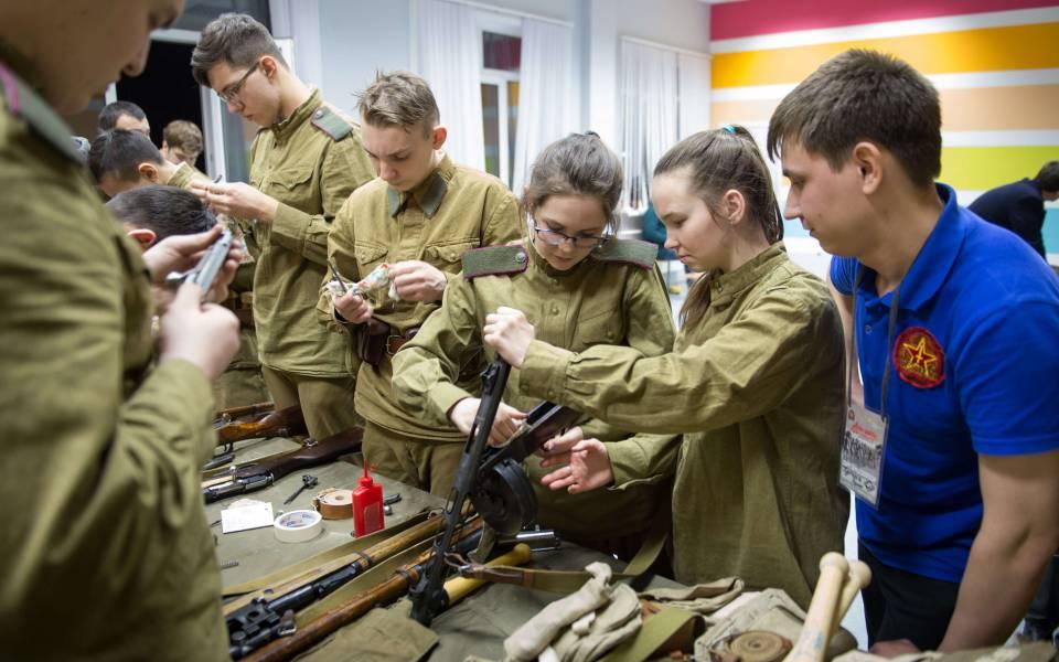 Участники форума изучают советское оружие