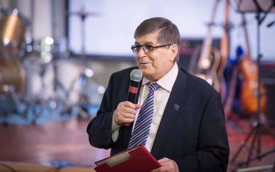 Профессор Михаил Посталюк читает стихотворение собственного сочинения