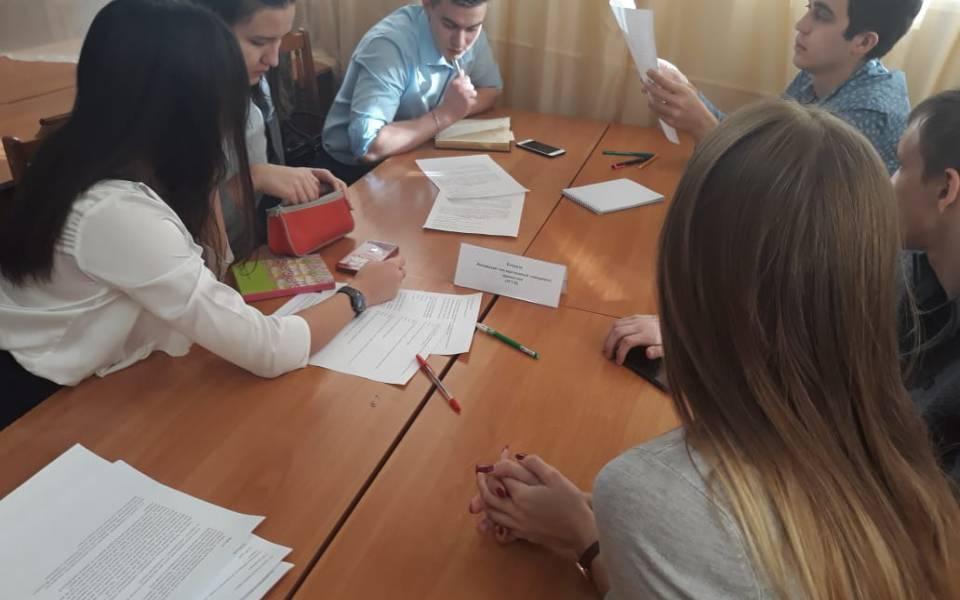 Команда студентов юристов размышляют над заданиями юридического кейса